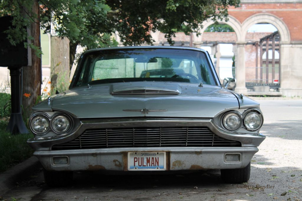 frontal view of old silver blue Thunderbird with Pulman license plate